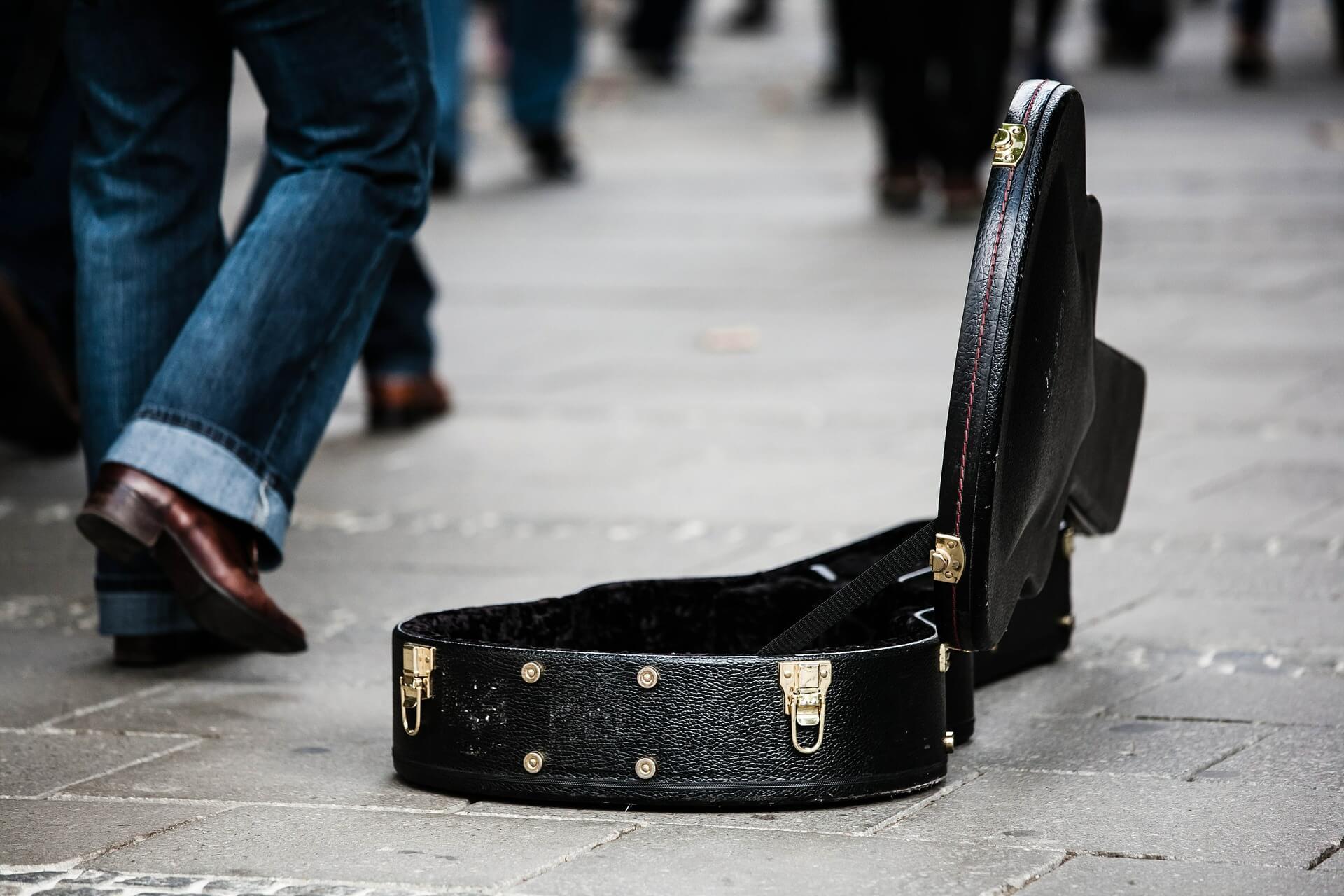 Straßenmusik: Gitarre vs. Piccolo-Flöte